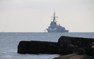 Marineschiff verlässt Kiel