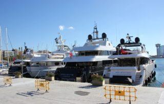 Motoryachten im Yachthafen Port Vell in Barcelona