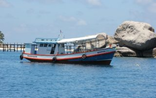 Koh Nangyouang Schiff liegt vor der thailändischen Insel Koh Nangyuang nahe Koh Tao