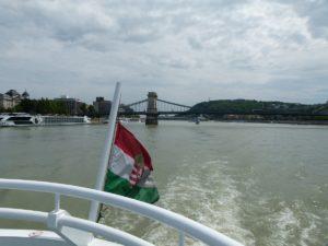 Donaufahrt in Budapest & Kettenbrücke in Hintergrund