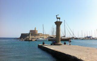 Elafos und Elafina Rhodos Hafen - Mandraki Hafeneinfahrt