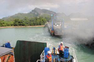Autofähre beim Ablegen am Donsak Pier auf dem Weg nach Nathon auf Koh Samui