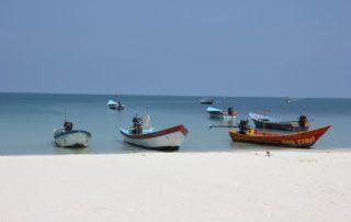 Motorboote & weißer Sandstrand Haad Rin Beach auf der thailändischen Insel Koh Phangan