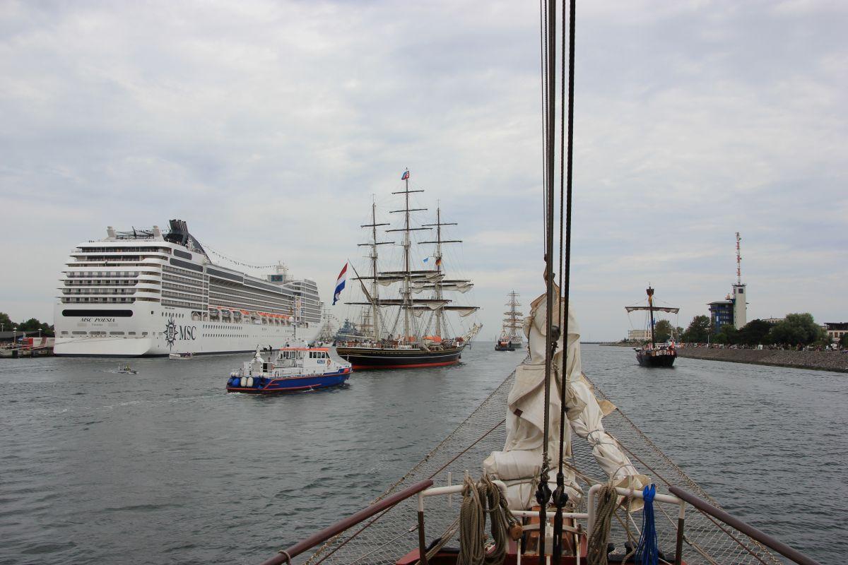 MSC Kreuzfahrtschiff & Segelschiffe in der Warnow während der Hanse Sail Rostock