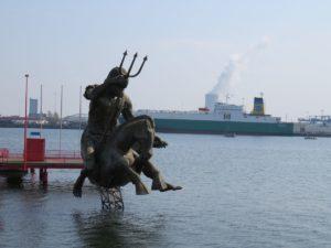 Statue im IGA Park Rostock am Warnowufer