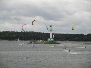 Kitesurfer am Friedrichsorter Leuchtturm