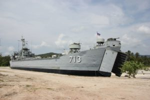 Altes Kriegsschiff 713 auf Koh Phangan in Thailand am Hafen von Thong Sala