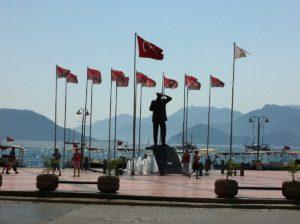Statue & Flaggen in Marmaris an der Hafenpromenade