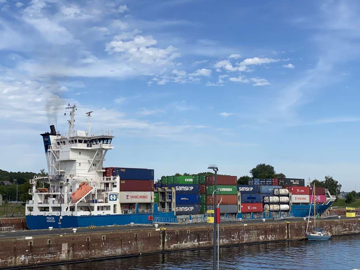 Containerschiff in der Schleuse Kiel-Holtenau