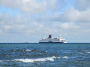 Scandlines Fähre Rostock - Gedser in der Ostsee vor Warnemünde bei der Ankunft in Rostock