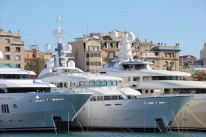 Luxusyachten im Port Vell Yachthafen Barcelona