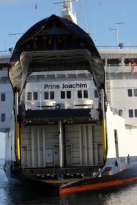 Scandlines Fähre Prins Joachim mit geöffneter Bugklappe beim Anlegen in Gedser
