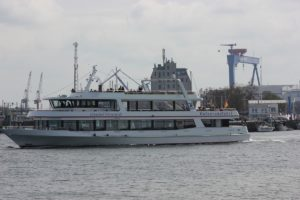 Ausflugsschiff Ostseebad Warnemünde verlässt den Alten Strom - Hafenrundfahrt Warnemünde & Rostock