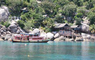 Ausflugsschiff vor der Insel Koh Tao im Golf von Thailand