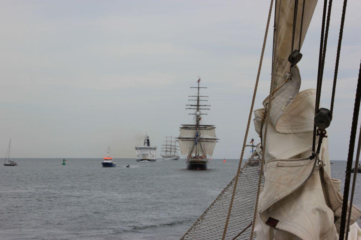 Schiffe in der Ostsee bei Warnemünde zur Hanse Sail Rostock