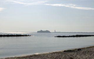 Schilksee Strand & Kreuzfahrtschiff in der Förde auf dem Weg Richtung Kieler Hafen
