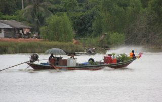 Motorboot auf dem Ta Pi Fluss in Surat Thani