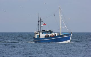 Fischkutter Storkow vor Warnemünde in der Ostsee