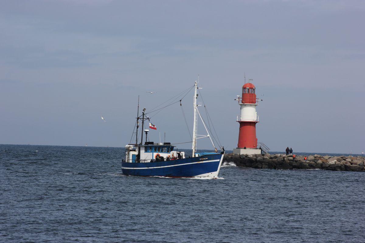 Fischkutter Storkow an der Warnemünder Ostmole läuft in den Hafen ein