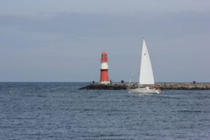 Segelboot an der Ostmole Warnemünde