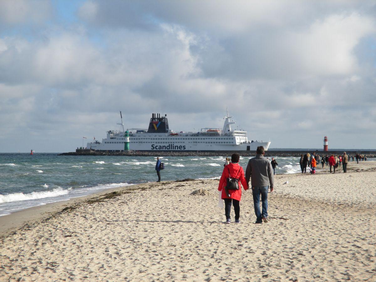 Warnemünde Strand & Scandlines Fähre an der Mole - Ankunft der Fähre in Rostock