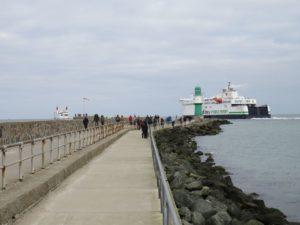 Scandlines Fähre an der Warnemünder Westmole auf dem Weg von Rostock nach Gedser