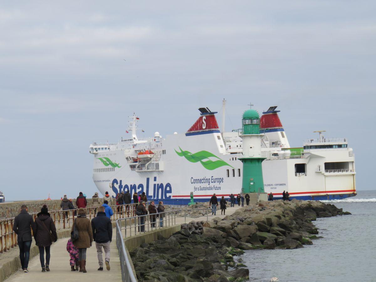 Stena Line Fähre an der Warnemünder Westmole auf dem Weg von Rostock nach Trelleborg